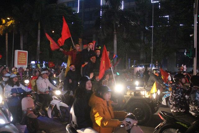 Hàng triệu người dân Việt xuống đường mừng chiến thắng 3-0 của U22 - Ảnh 2.