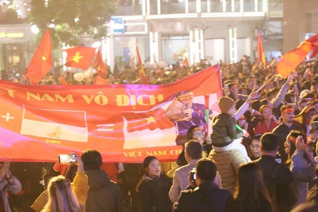 Hàng triệu người dân Việt xuống đường mừng chiến thắng 3-0 của U22 - Ảnh 24.