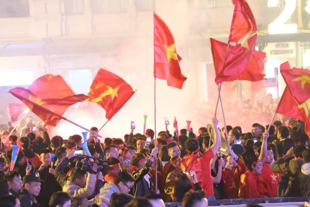 Hàng triệu người dân Việt xuống đường mừng chiến thắng 3-0 của U22 - Ảnh 25.