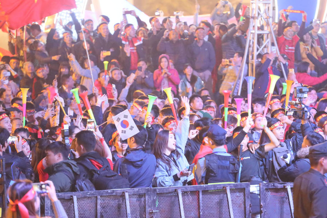 Hàng triệu người dân Việt xuống đường mừng chiến thắng 3-0 của U22 - Ảnh 26.