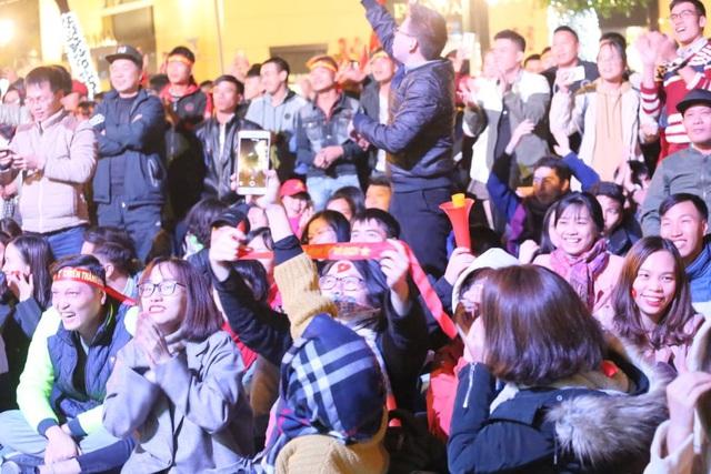 Hàng triệu người dân Việt xuống đường mừng chiến thắng 3-0 của U22 - Ảnh 36.