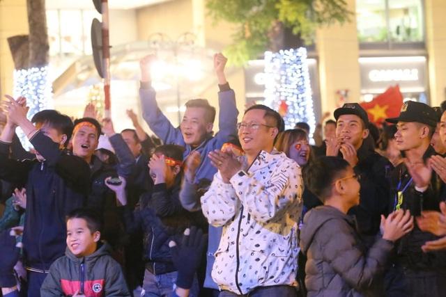 Hàng triệu người dân Việt xuống đường mừng chiến thắng 3-0 của U22 - Ảnh 37.