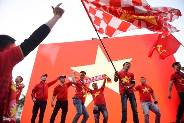 Hàng triệu người dân Việt xuống đường mừng chiến thắng 3-0 của U22 - Ảnh 73.