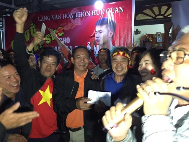 Hàng triệu người dân Việt xuống đường mừng chiến thắng 3-0 của U22 - Ảnh 6.