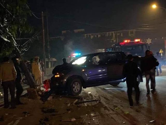 Hà Tĩnh: Ra đường ăn mừng U22, xe ô tô đâm gãy cột điện khiến hai người nhập viện - Ảnh 2.