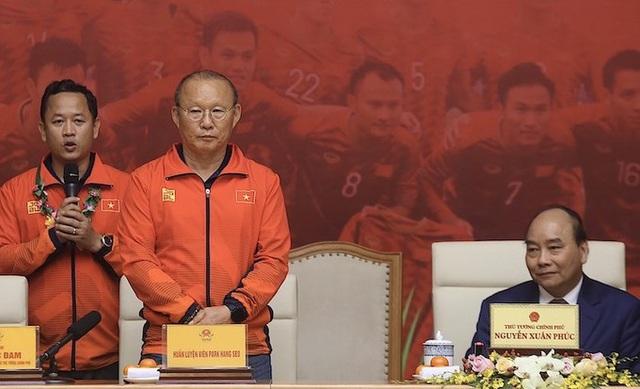 Thủ tướng Nguyễn Xuân Phúc chúc mừng HLV Park Hang-seo, Mai Đức Chung và toàn thể các cầu thủ vàng của bóng đá Việt Nam - Ảnh 4.