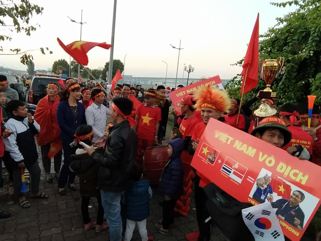 Thủ tướng Nguyễn Xuân Phúc chúc mừng HLV Park Hang-seo, Mai Đức Chung và toàn thể các cầu thủ vàng của bóng đá Việt Nam - Ảnh 26.