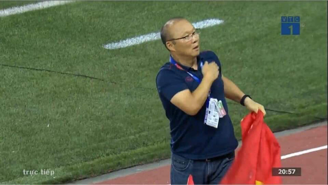 Biểu cảm đáng giá trên khuôn mặt của ông Park Hang-seo trong trận chung kết SEA Games 30 - Ảnh 13.
