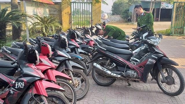 Nhóm thanh niên dùng chiêu quái trộm hàng chục xe máy - Ảnh 1.