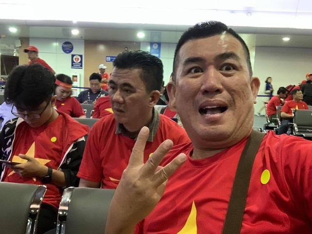 Dàn nghệ sĩ Việt và 300 CĐV vạ vật suốt đêm ở sân bay Philippines - Ảnh 3.