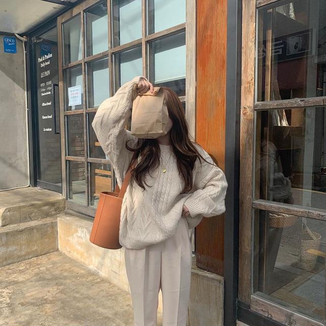 """5 kiểu phối đồ sang xịn với áo len trắng nếu không """"quẩy"""" sẽ phí cả mùa Đông - Ảnh 9."""