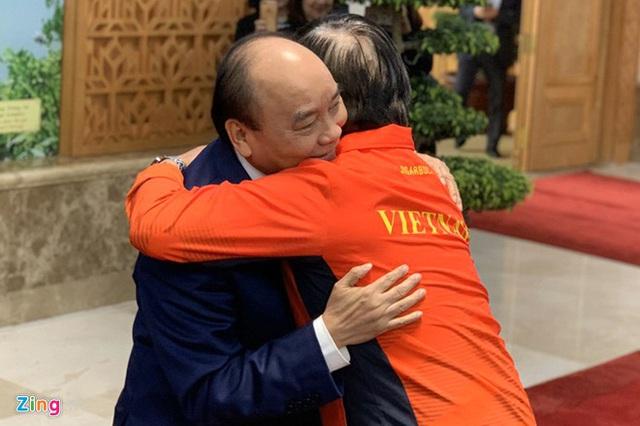 Thủ tướng Nguyễn Xuân Phúc chúc mừng HLV Park Hang-seo, Mai Đức Chung và toàn thể các cầu thủ vàng của bóng đá Việt Nam - Ảnh 5.