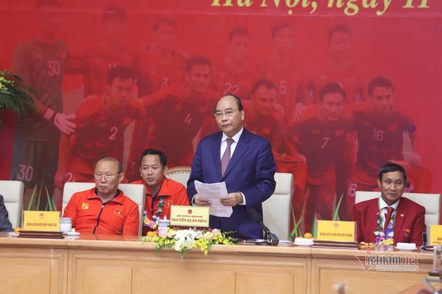 Thủ tướng Nguyễn Xuân Phúc chúc mừng HLV Park Hang-seo, Mai Đức Chung và toàn thể các cầu thủ vàng của bóng đá Việt Nam - Ảnh 2.
