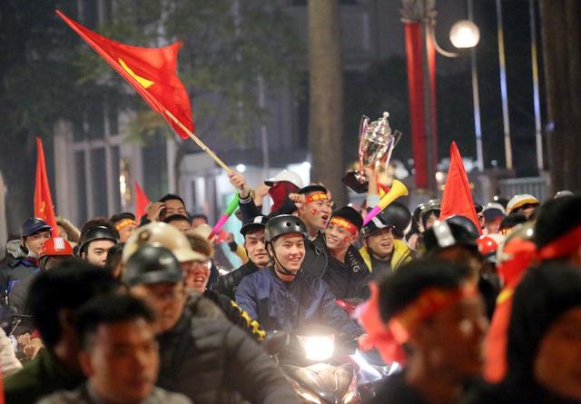 Giải cơn khát suốt 60 năm SEA Games, Hà Nội một đêm không ngủ - Ảnh 10.
