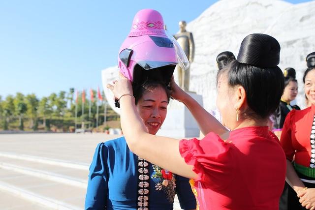 """Độc đáo mũ bảo hiểm """"tằng cẩu"""" dành cho phụ nữ dân tộc Thái - Ảnh 4."""