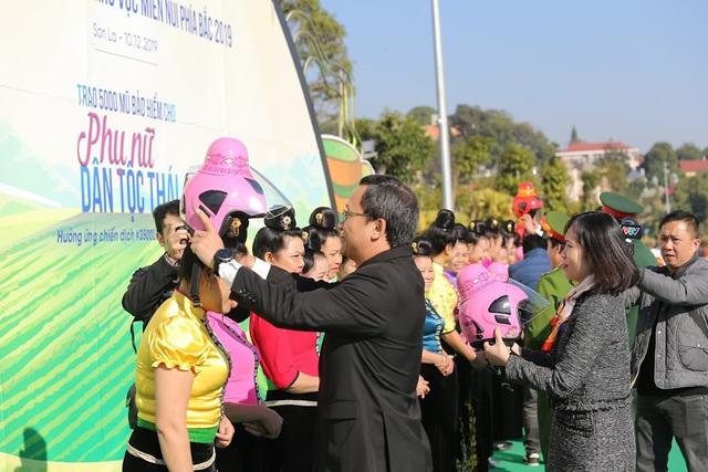 """Độc đáo mũ bảo hiểm """"tằng cẩu"""" dành cho phụ nữ dân tộc Thái - Ảnh 5."""