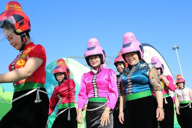"""Độc đáo mũ bảo hiểm """"tằng cẩu"""" dành cho phụ nữ dân tộc Thái - Ảnh 6."""