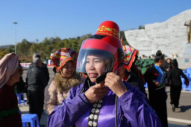 """Độc đáo mũ bảo hiểm """"tằng cẩu"""" dành cho phụ nữ dân tộc Thái - Ảnh 3."""