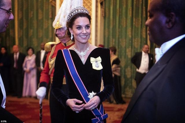 Công nương Kate chiếm hết spotlight trong bữa tiệc ngoại giao, tỏa sáng với vương miện của mẹ chồng quá cố, điều mà Meghan không có được - Ảnh 2.