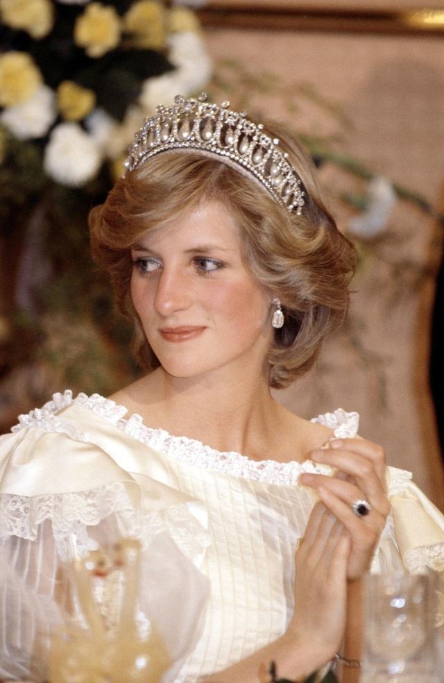 Công nương Kate chiếm hết spotlight trong bữa tiệc ngoại giao, tỏa sáng với vương miện của mẹ chồng quá cố, điều mà Meghan không có được - Ảnh 4.