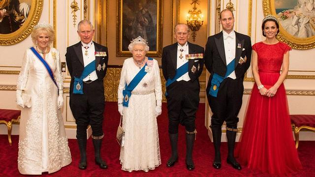 Công nương Kate chiếm hết spotlight trong bữa tiệc ngoại giao, tỏa sáng với vương miện của mẹ chồng quá cố, điều mà Meghan không có được - Ảnh 8.