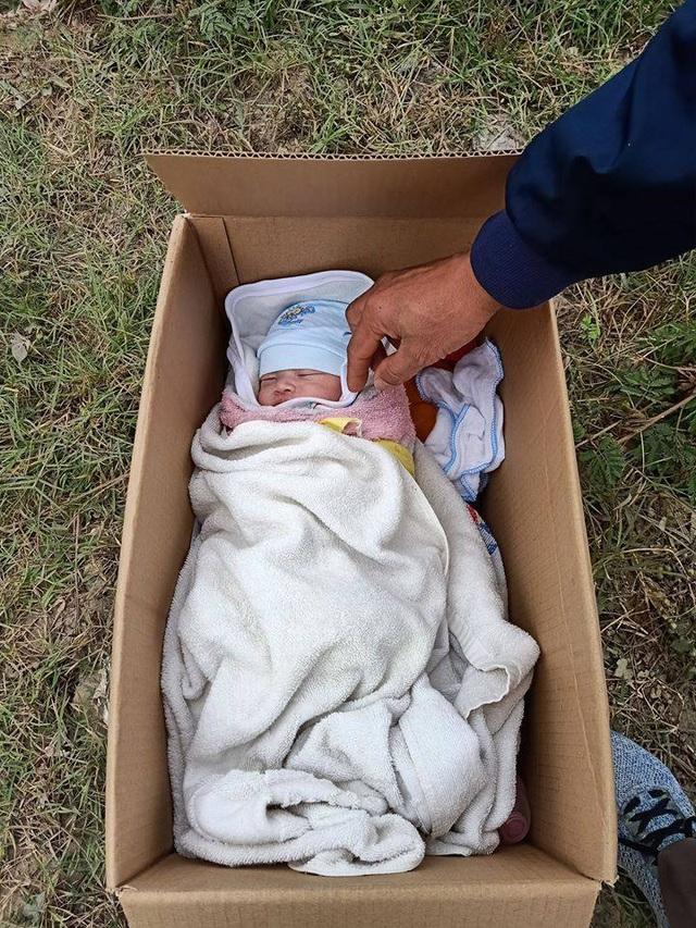 Hà Nội: Phát hiện bé sơ sinh đặt trong thùng mỳ tôm ở vệ đường kèm bức thư ngắn ngủi - Ảnh 1.