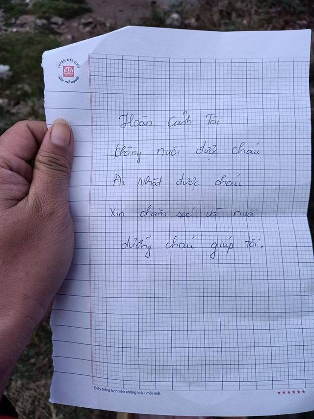 Hà Nội: Phát hiện bé sơ sinh đặt trong thùng mỳ tôm ở vệ đường kèm bức thư ngắn ngủi - Ảnh 2.
