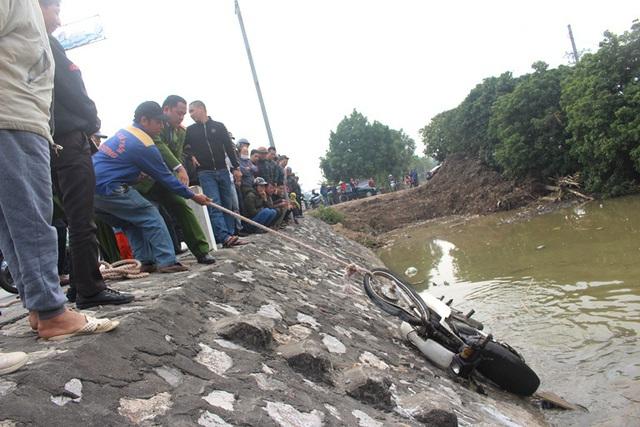 Hải Dương: Phát hiện xe máy nằm dưới mương nước nhưng không thấy nạn nhân - Ảnh 4.