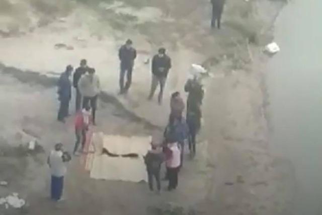 Phát hiện 2 thi thể nghi là bố con bên bờ sông Hồng - Ảnh 1.