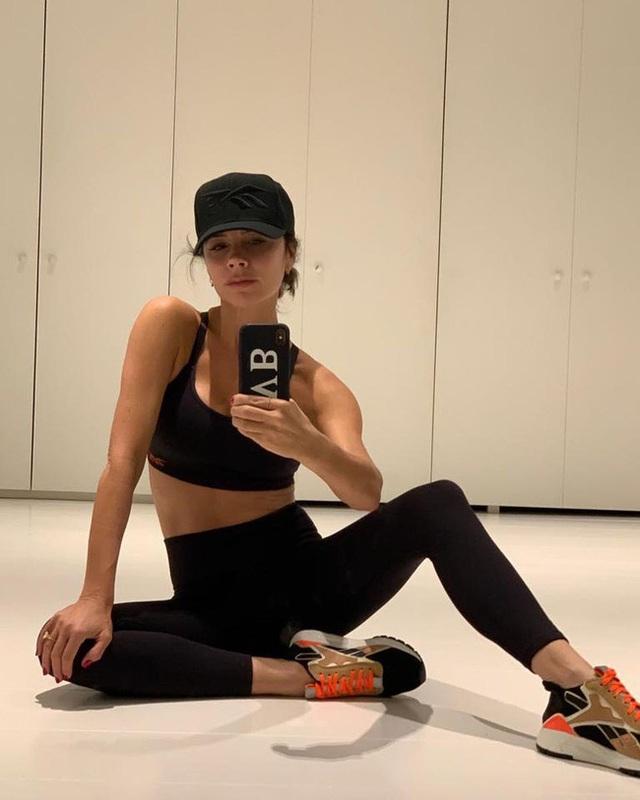 Giữa loạt tin tức nợ nần, làm ăn thua lỗ, Victoria Beckham vẫn thảnh thơi khoe cơ thể đáng ngạc nhiên ở tuổi 45 - Ảnh 4.