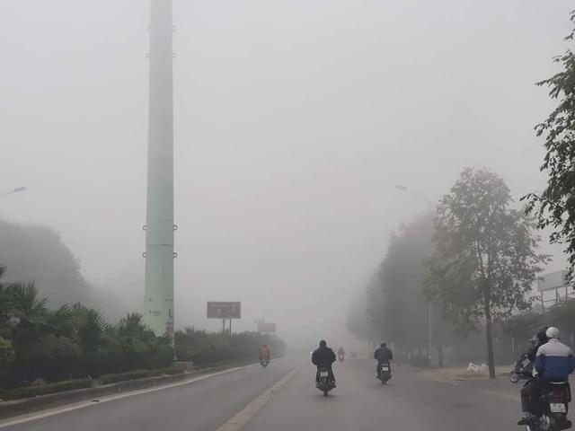 Hà Nội: Sương mù bao phủ từ sáng sớm khiến người dân lo ngại đến sức khỏe - Ảnh 1.