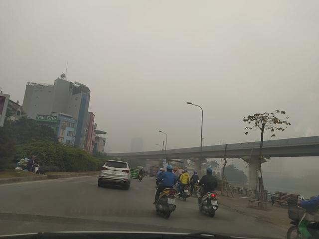 Hà Nội: Sương mù bao phủ từ sáng sớm khiến người dân lo ngại đến sức khỏe - Ảnh 11.