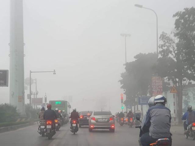 Hà Nội: Sương mù bao phủ từ sáng sớm khiến người dân lo ngại đến sức khỏe - Ảnh 4.