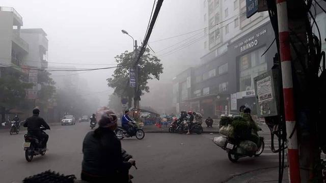 Hà Nội: Sương mù bao phủ từ sáng sớm khiến người dân lo ngại đến sức khỏe - Ảnh 6.