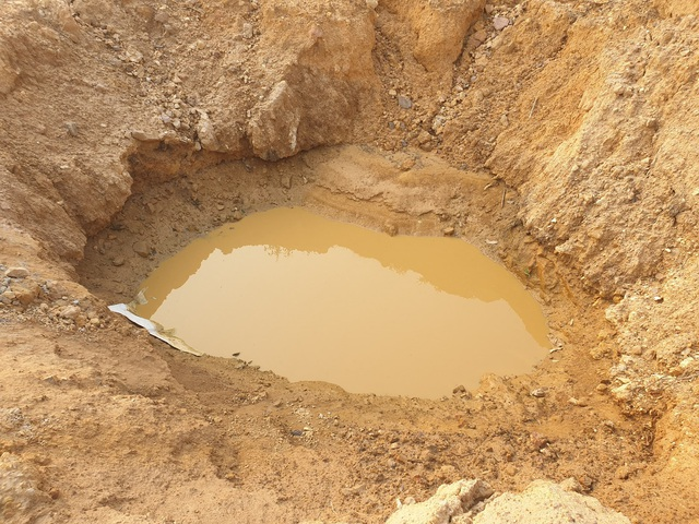 Cận cảnh những hố sâu khổng lồ chôn chất thải độc hại ở Sóc Sơn - Ảnh 3.