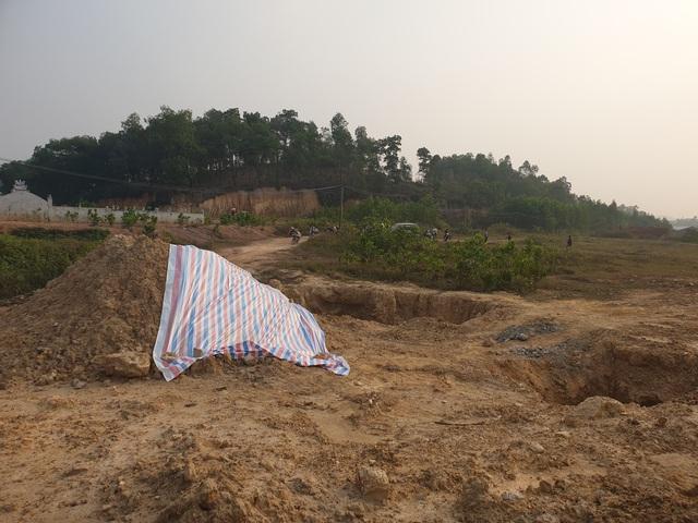 Cận cảnh những hố sâu khổng lồ chôn chất thải độc hại ở Sóc Sơn - Ảnh 2.