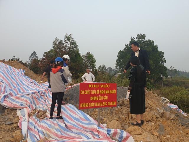 Cận cảnh những hố sâu khổng lồ chôn chất thải độc hại ở Sóc Sơn - Ảnh 1.