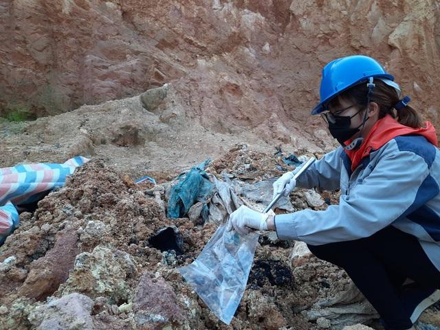 Cận cảnh những hố sâu khổng lồ chôn chất thải độc hại ở Sóc Sơn - Ảnh 6.