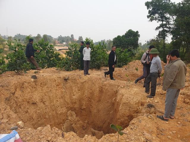Cận cảnh những hố sâu khổng lồ chôn chất thải độc hại ở Sóc Sơn - Ảnh 4.