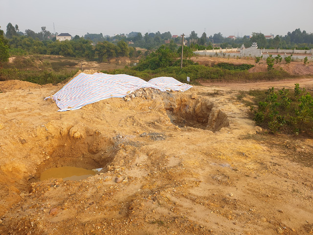 Cận cảnh những hố sâu khổng lồ chôn chất thải độc hại ở Sóc Sơn - Ảnh 8.