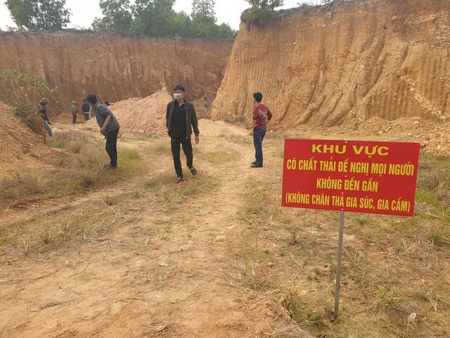 Cận cảnh những hố sâu khổng lồ chôn chất thải độc hại ở Sóc Sơn - Ảnh 9.