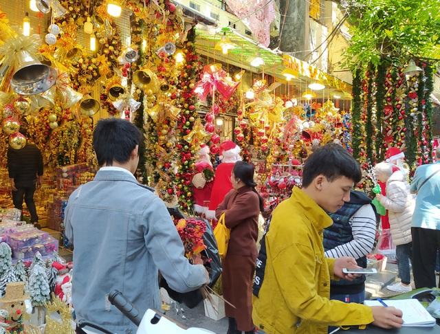 Hà Nội ngập tràn không khí Giáng sinh, giới trẻ đổ xô đến Hàng Mã check-in - Ảnh 5.