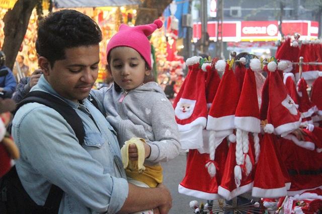 Hà Nội ngập tràn không khí Giáng sinh, giới trẻ đổ xô đến Hàng Mã check-in - Ảnh 2.