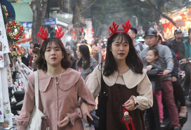 Hà Nội ngập tràn không khí Giáng sinh, giới trẻ đổ xô đến Hàng Mã check-in - Ảnh 3.