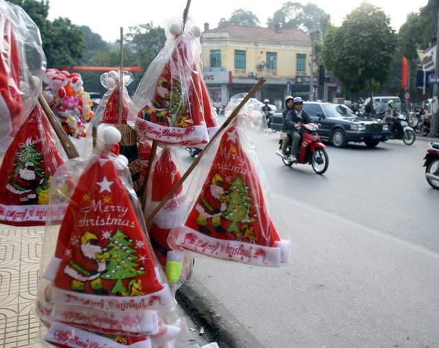 Hà Nội ngập tràn không khí Giáng sinh, giới trẻ đổ xô đến Hàng Mã check-in - Ảnh 8.