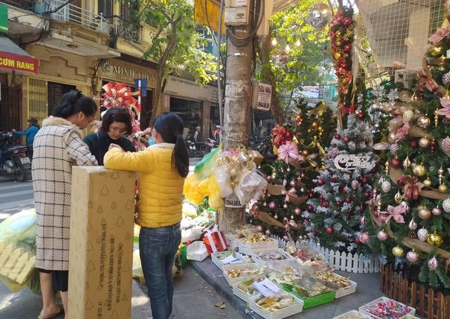 Hà Nội ngập tràn không khí Giáng sinh, giới trẻ đổ xô đến Hàng Mã check-in - Ảnh 6.