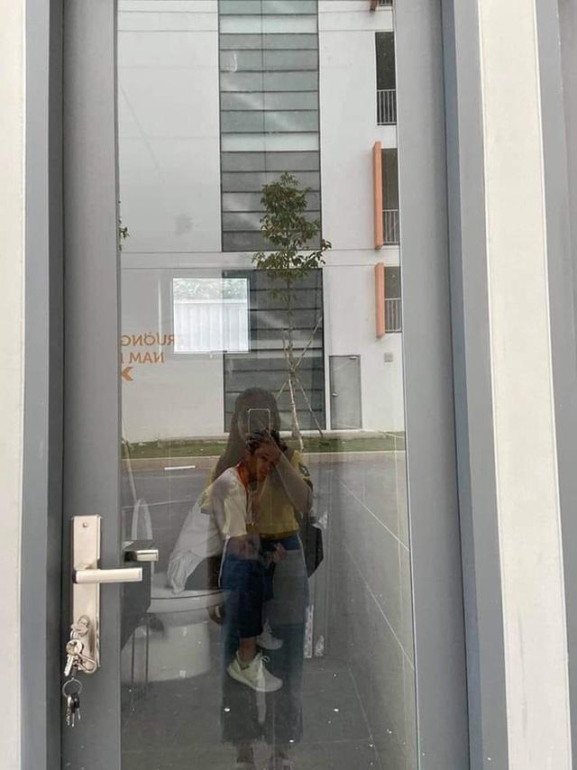 Nhà vệ sinh trường người ta: Vách ngăn trong suốt bên ngoài nhìn thấu khiến học sinh dở khóc dở cười - Ảnh 2.
