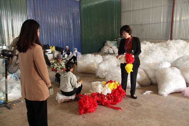 Kiểm tra nhà xưởng của hợp tác xã nghi đổ trộm chất thải lạ ở Hà Nội - Ảnh 3.
