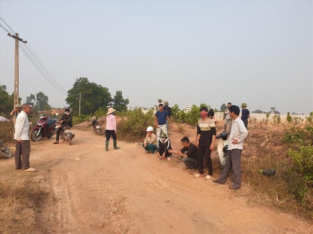 Kiểm tra nhà xưởng của hợp tác xã nghi đổ trộm chất thải lạ ở Hà Nội - Ảnh 7.