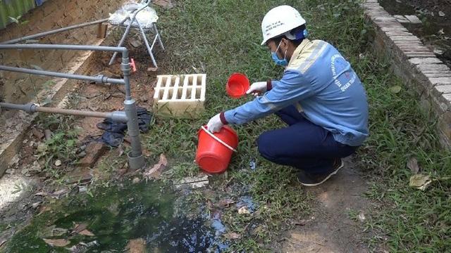 Kiểm tra nhà xưởng của hợp tác xã nghi đổ trộm chất thải lạ ở Hà Nội - Ảnh 4.